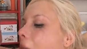 tenåring blowjob blonde små pupper