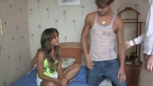 tenåring kyssing brunette hardcore